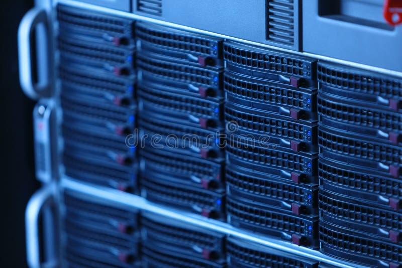 运行在数据中心服务器屋子的许多强有力的服务器 免版税库存照片