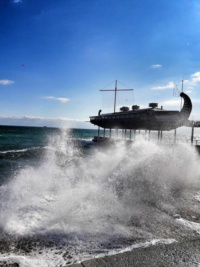 运行在波浪的神话小船 免版税库存图片