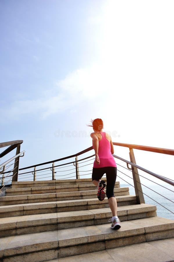 运行在石stai的健康生活方式妇女腿 免版税库存照片