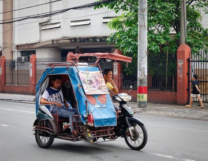 运行在街道上的三轮车在马尼拉,菲律宾 免版税库存图片