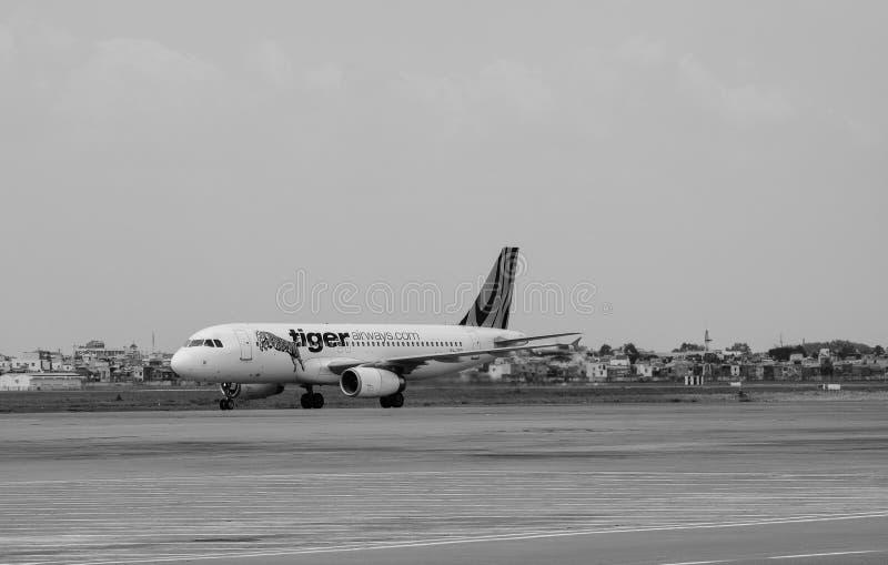 运行在跑道的一架民用飞机在樟宜机场在新加坡 免版税库存图片