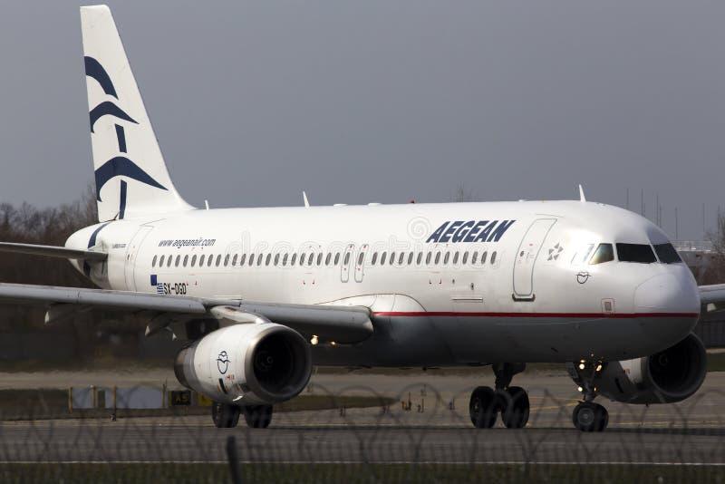 运行在跑道的爱琴海航空公司空中客车A320-200航空器 免版税库存照片