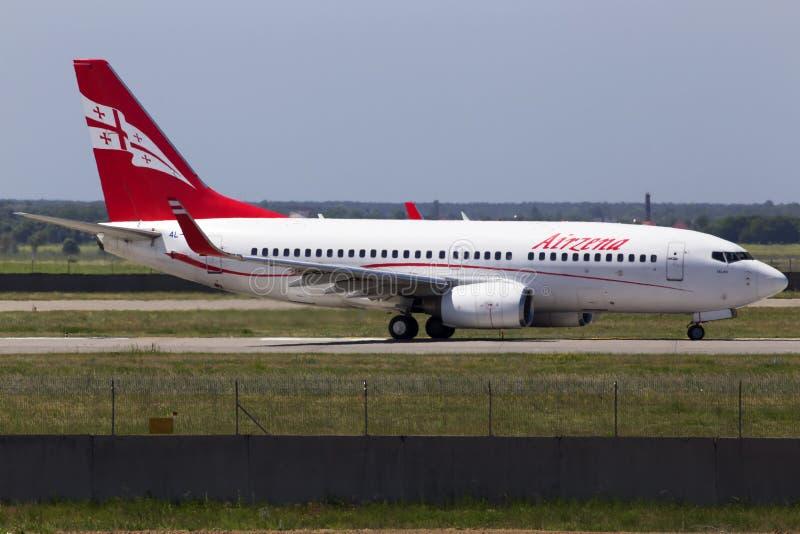 运行在跑道的4L-TGM Airzena英王乔治一世至三世时期空中航线波音737-700航空器 库存照片