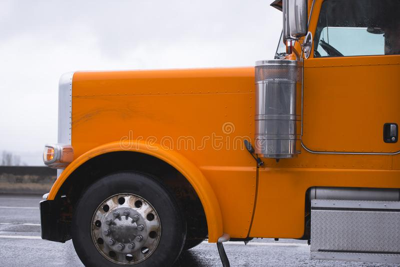 运行在路的大经典橙色半船具卡车拖拉机  免版税库存照片
