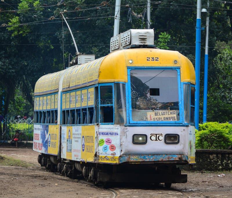 运行在轨道的电车在加尔各答,印度 免版税图库摄影