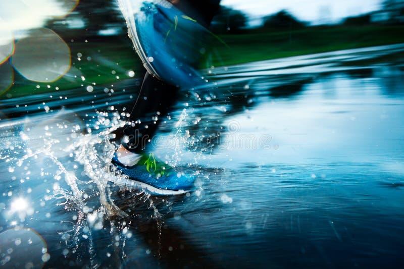 运行在雨中的唯一赛跑者 免版税库存图片