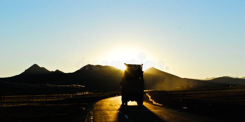 运行在青藏高原的重型卡车 免版税库存照片