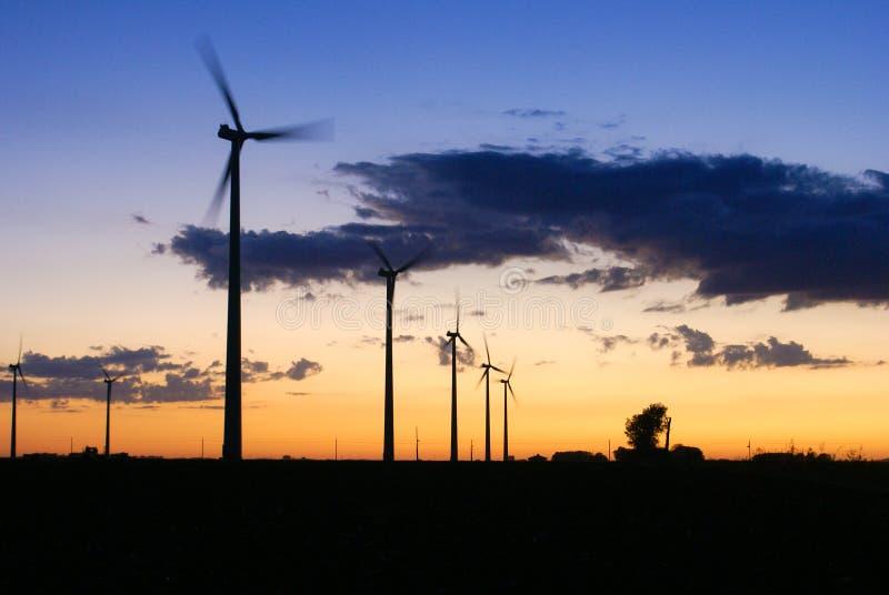 运行在黄昏的六台风轮机在推托中心明尼苏达附近 免版税库存照片