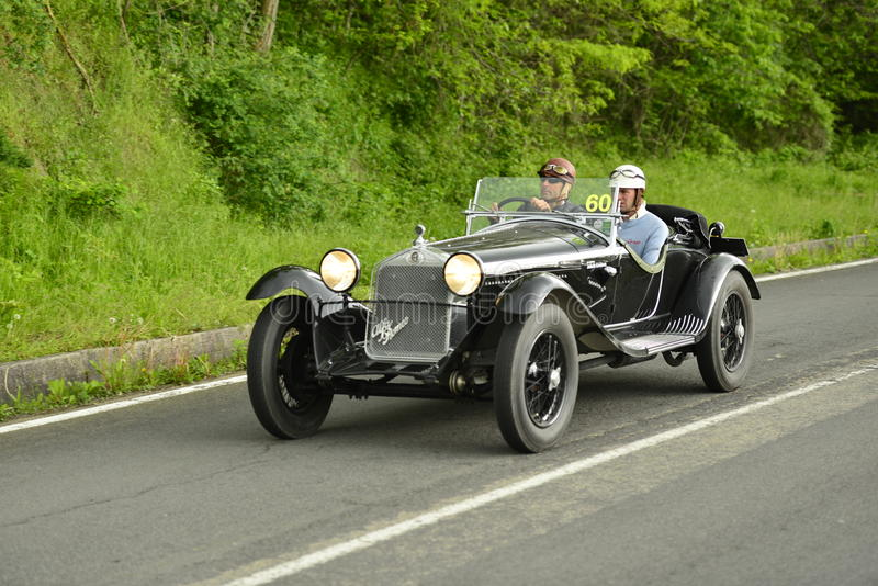 运行在Mille Miglia种族的阿尔法・罗密欧汽车 库存图片