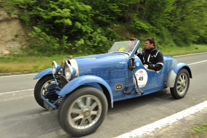 运行在Mille Miglia种族的Bugatti汽车 免版税库存图片