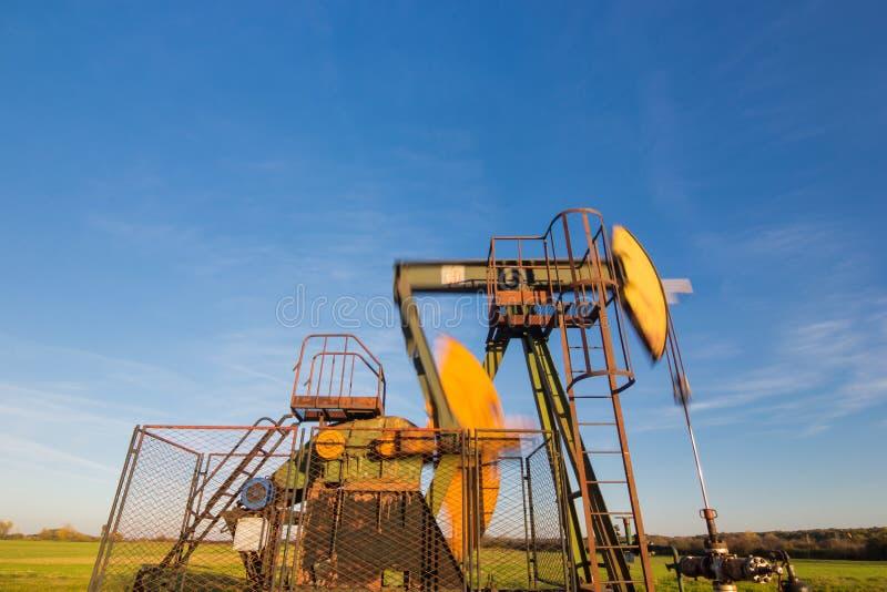 运行的油泵,被弄脏的运动机件 免版税库存图片