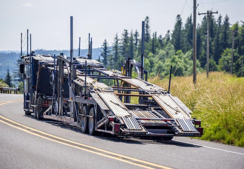 运行空的大船具半汽车搬运工的卡车为交付的装载的汽车储藏 库存照片