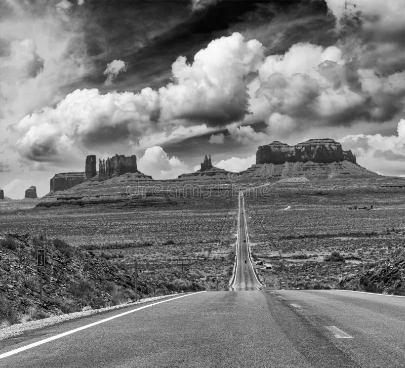 运行通过著名纪念碑谷的历史的美国路线163  库存图片