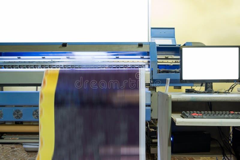 运转在与计算机的乙烯基横幅的大喷墨打印机 库存图片