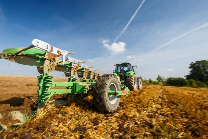 运转在农场的拖拉机 免版税库存图片