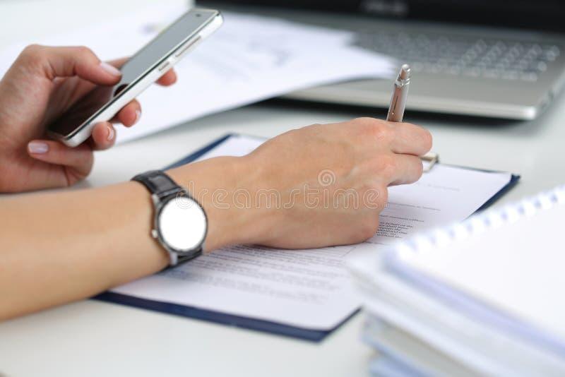 运转在办公室的女性手特写镜头  免版税库存照片