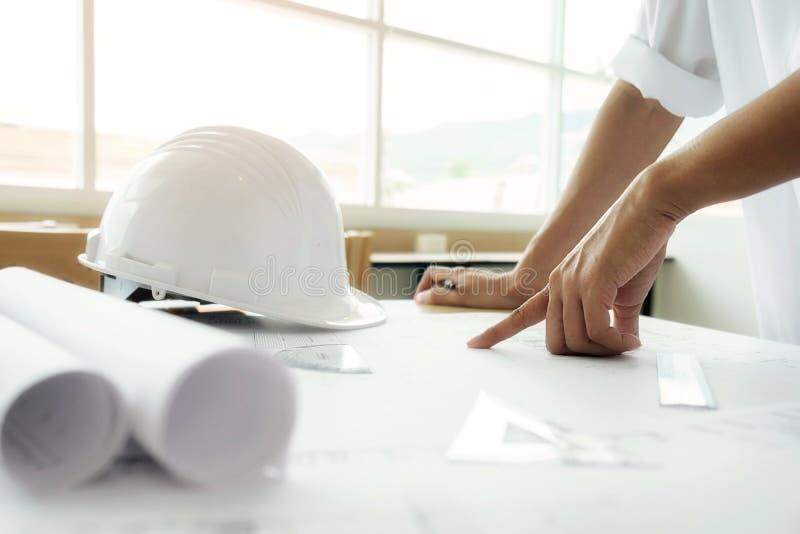 运转在图纸,建筑概念的工程师的手 eng. 库存照片
