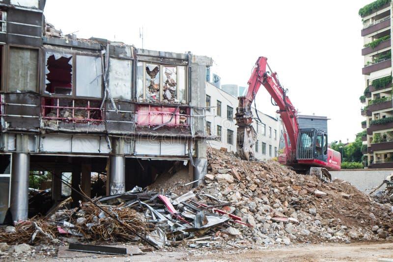 运转在大厦爆破的起重机和挖掘者 免版税库存图片