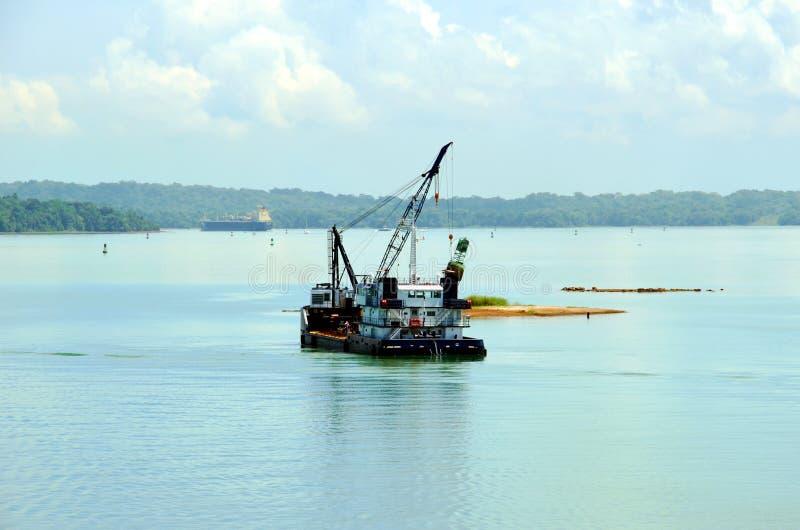 运转在巴拿马运河水的撒粉瓶船 库存图片