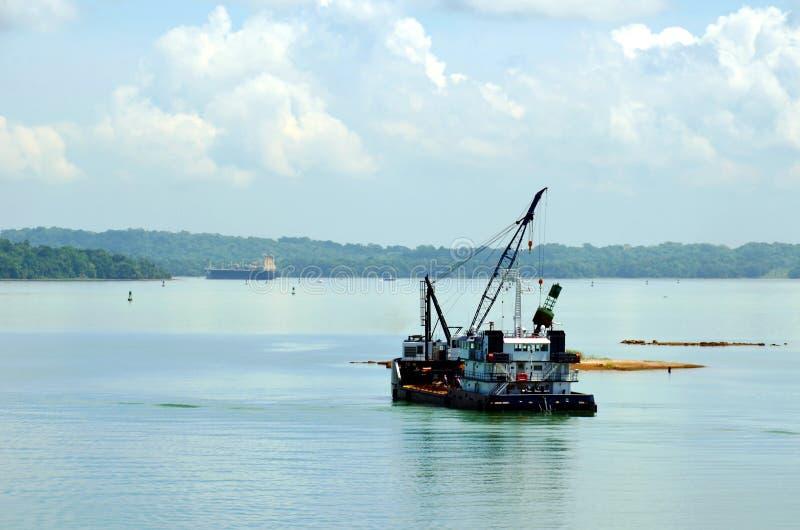 运转在巴拿马运河水的撒粉瓶船 免版税图库摄影