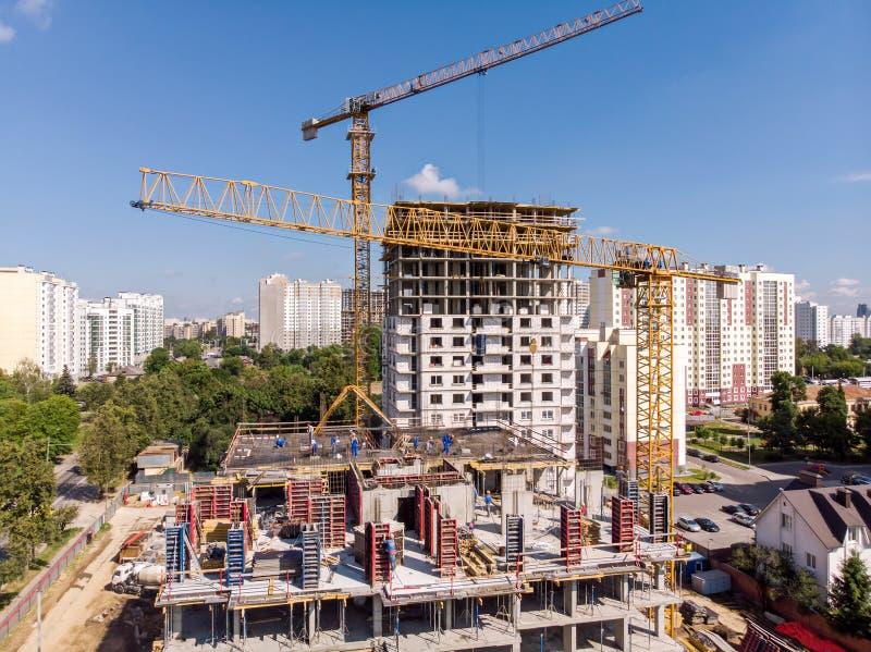 运转在建造场所的塔吊反对蓝天backg 免版税库存图片