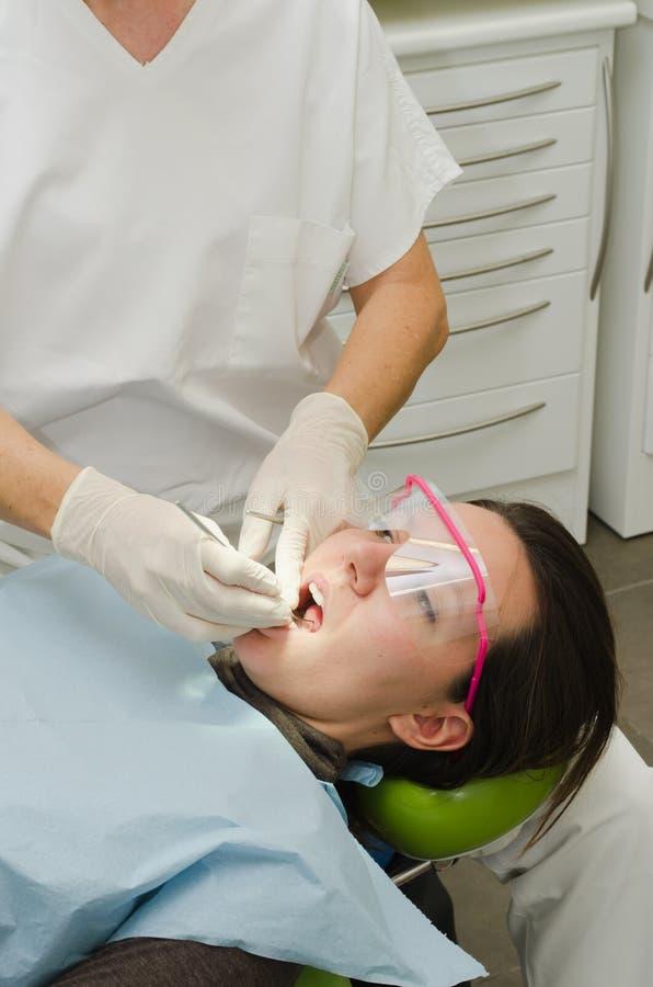 运转在患者的牙医的手 免版税库存照片