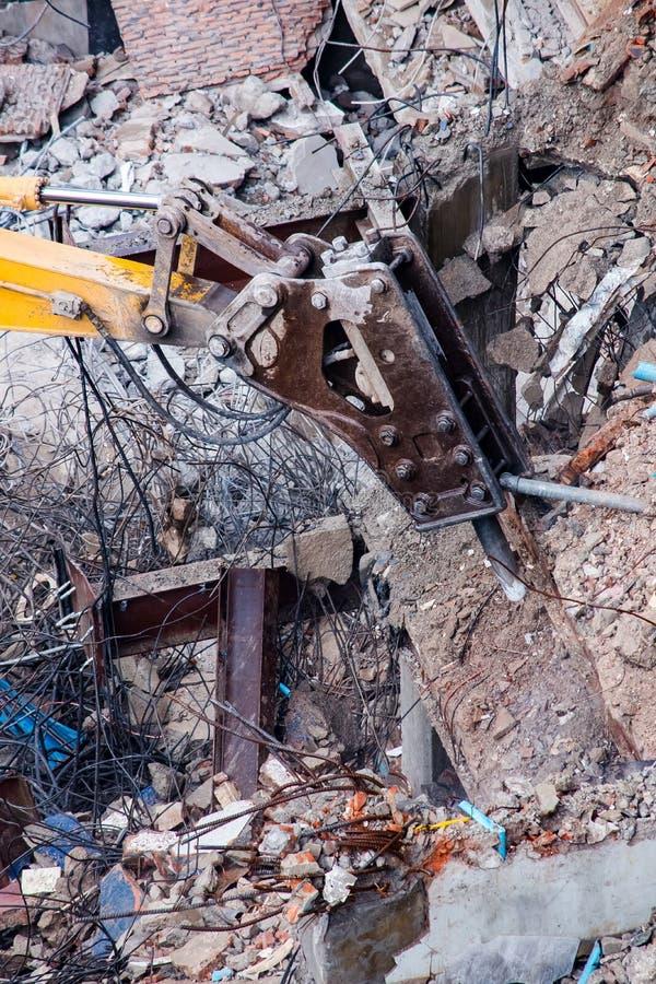 运转在爆破位置的挖掘机 库存照片