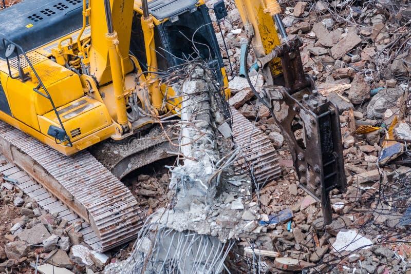 运转在爆破位置的挖掘机 库存图片