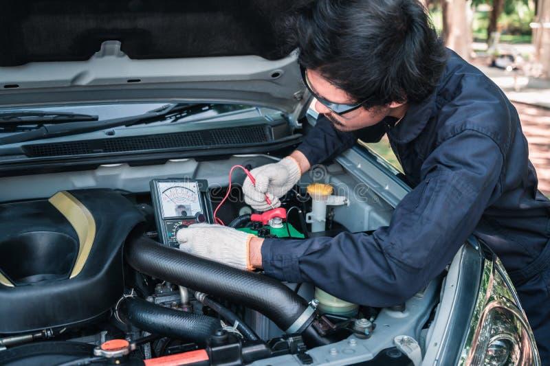 运转在自动修理服务中的汽车修理师的手 免版税库存照片