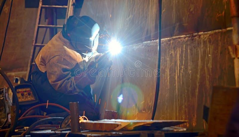 运转在造船厂的焊工 库存照片