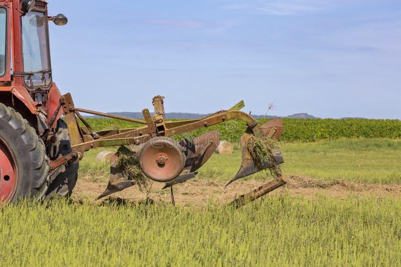 运转在领域的老拖拉机 库存照片