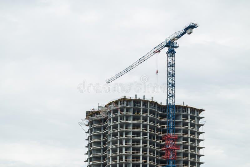 运转在建筑业的机械起重机 免版税库存照片