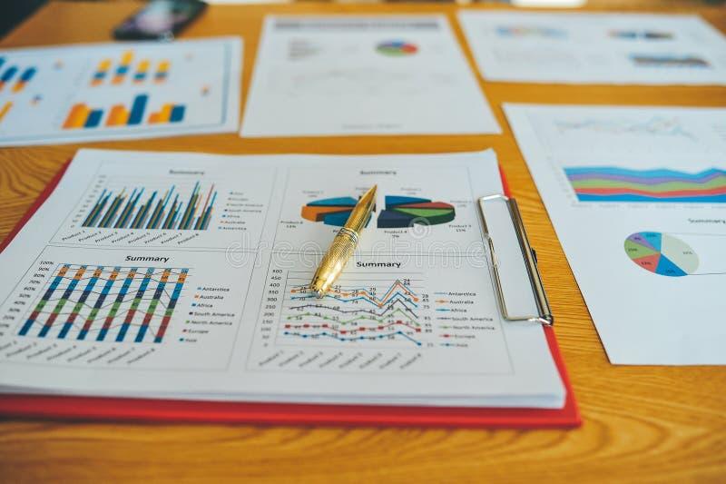 运转的书桌和工作文件成功的商人在他们的工作和在其他工作 并且有效 库存图片