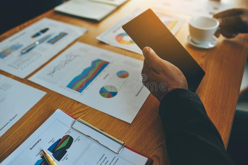 运转的书桌和工作文件成功的商人在他们的工作和在其他工作 并且有效 库存照片