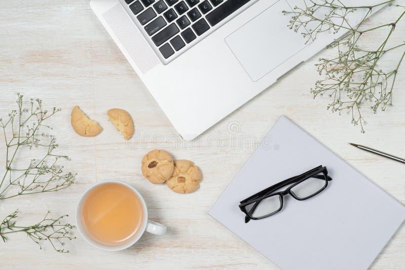 运转的书桌顶视图有空白的笔记本的有笔的,咖啡古芝 库存图片
