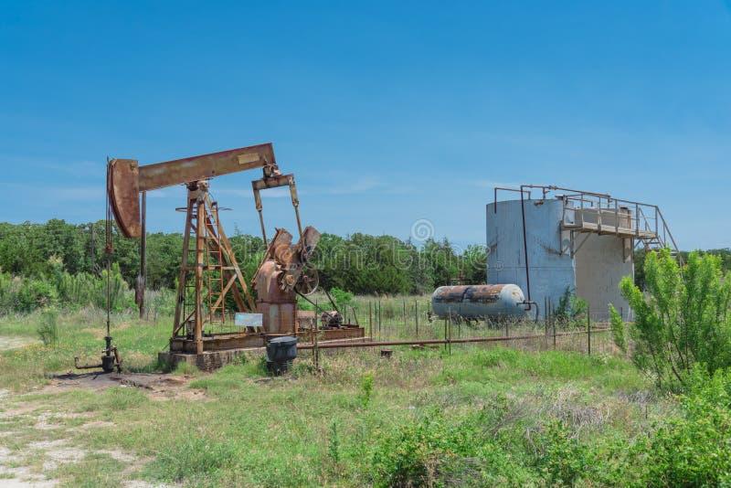 运转的泵浦在rura的石油钻井站点顶起抽的原油 免版税库存照片