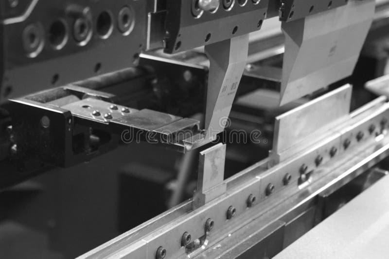 运转金属板片断的弯曲的新闻 免版税库存照片