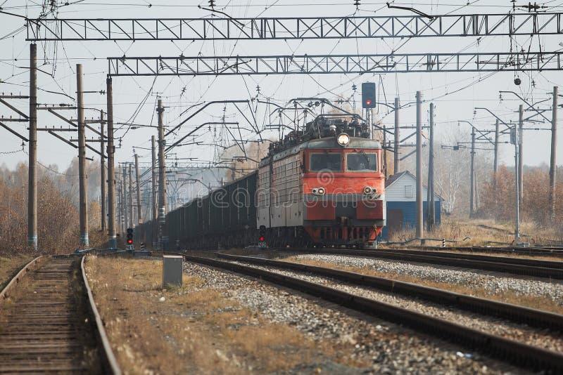 运载与货物的货车机车在白天 免版税库存图片