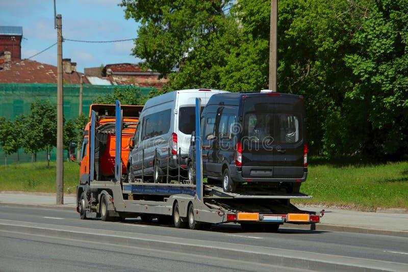 运载两辆小巴的公路列车 免版税库存图片