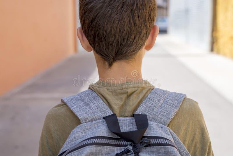 运载他的背包的快乐的孩子上学 库存图片