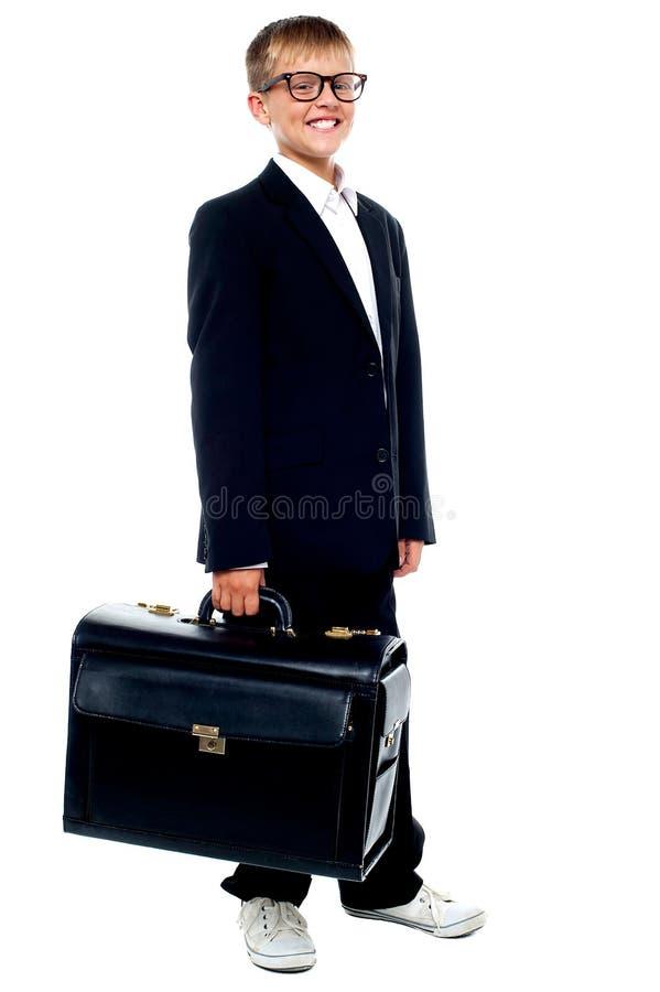 运载公文包的逗人喜爱的男孩 免版税图库摄影
