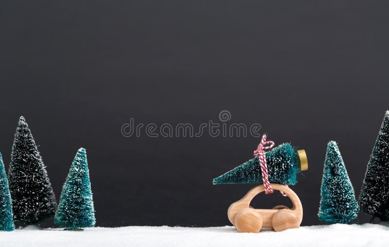 运载圣诞树的微型木汽车 库存图片