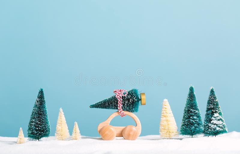运载圣诞树的微型木汽车 免版税库存照片