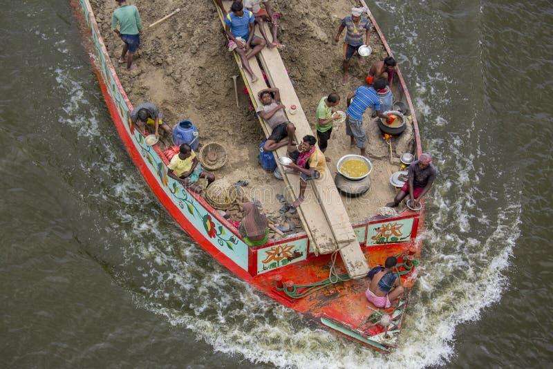 运载在一条小船的贸易商土壤横跨河Ichamoti在Munshigonj附近 有害的 免版税库存图片