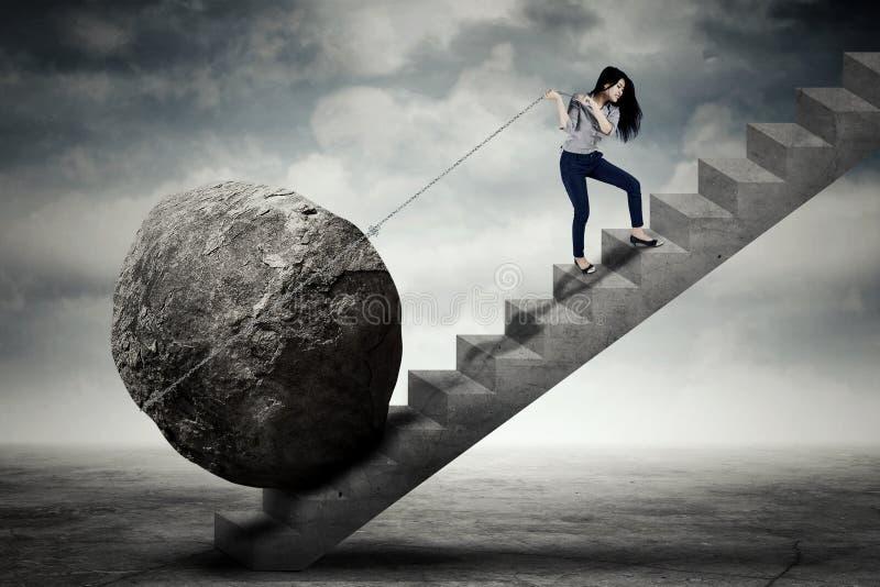 运载在台阶的女性企业家大石头 图库摄影