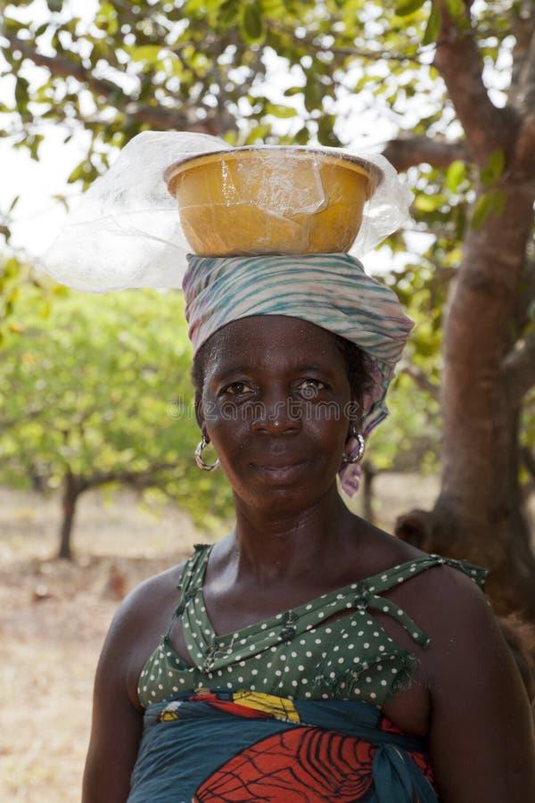 运载在她的头的非洲妇女一个碗 库存图片