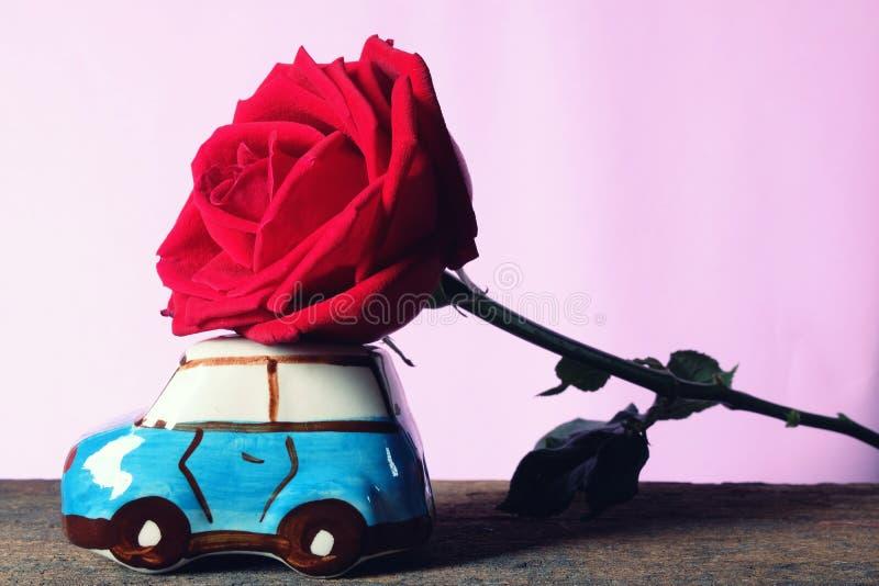 运载大美丽的红色玫瑰的汽车模型 愉快的Valentine& x27; s天概念 免版税图库摄影
