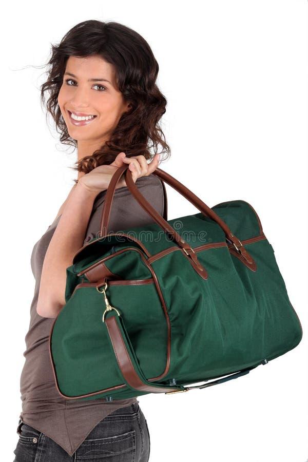 运载她在肩膀周末妇女的袋子 免版税库存图片