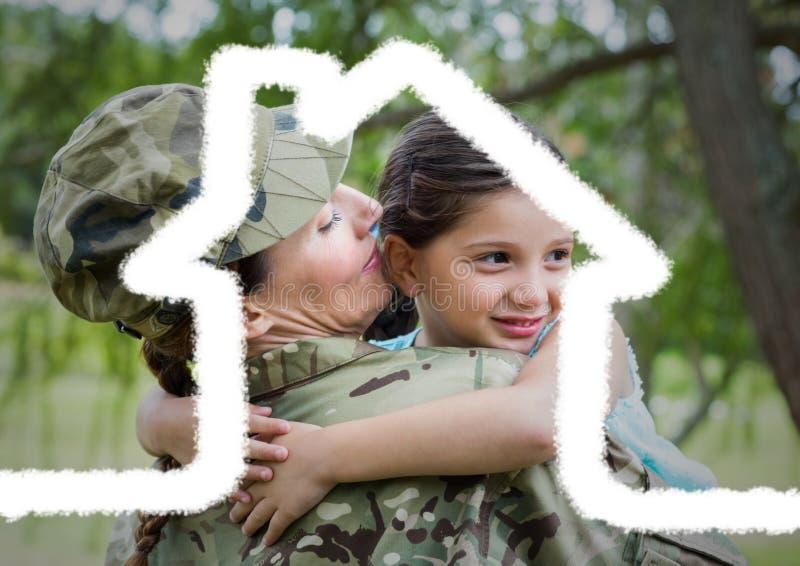 运载她的女儿的女兵覆盖用房子形状 免版税库存照片