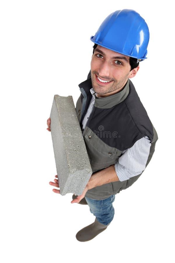 运载微风块的泥工。 免版税库存照片